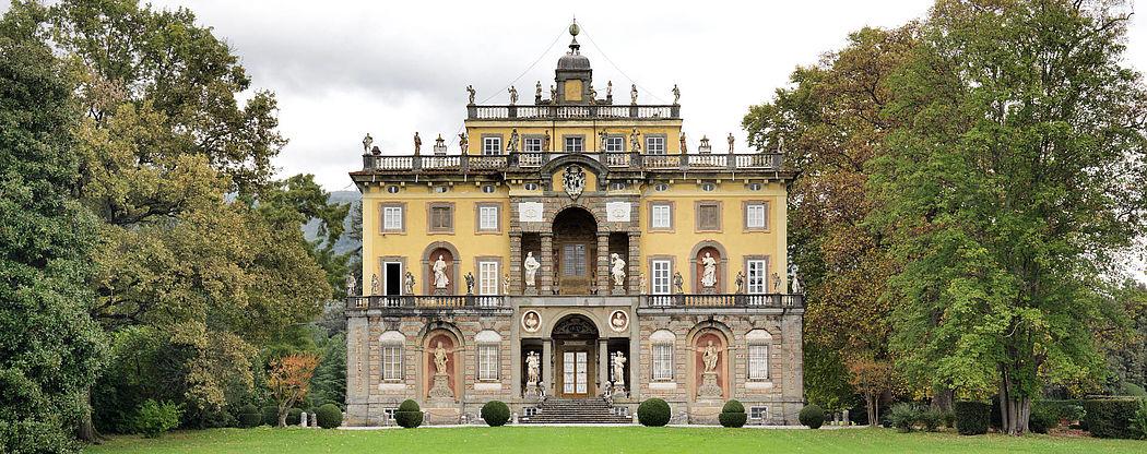 E retrostante la villa un aspetto pi romantico con di for Disegni di ville